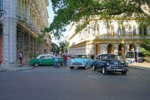 autos americanos en una calle de La Habana Cuba