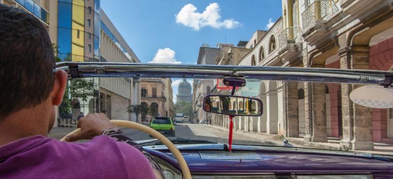 Auto en camino al Capitolio de la Habana Cuba