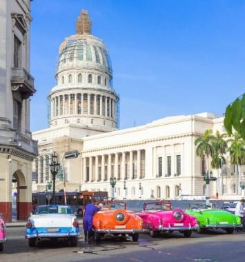 Autos frente al Capitolio. Blog sobre La moneda de Cuba