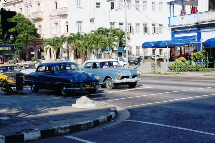 Autos privados para el transporte en Cuba de los locales