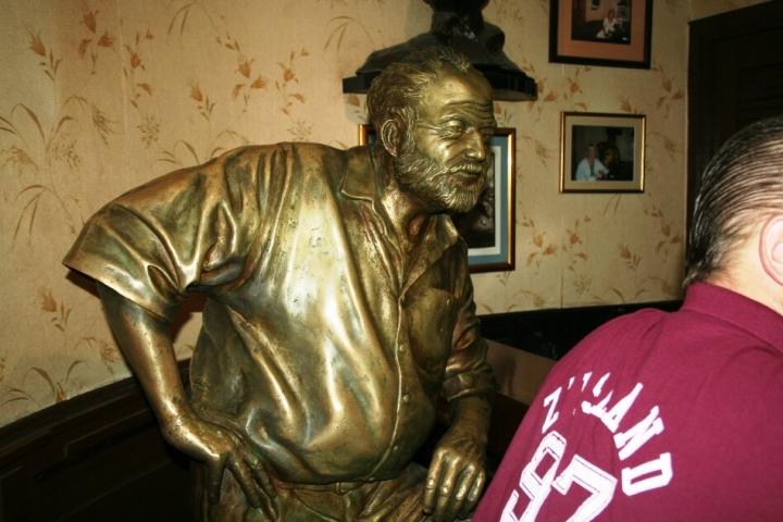 Cosas que ver y hacer en La Habana, Cuba. Estatua de Hemingway hecha de bronce a un costado de la barra en El Floridita