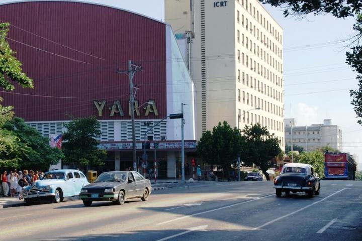 Esquina del Coppelia y cine Yara El Vedado La Habana Cuba
