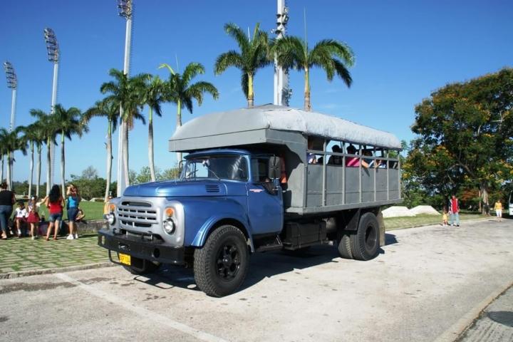 Furgoneta de transporte de locales en Cuba