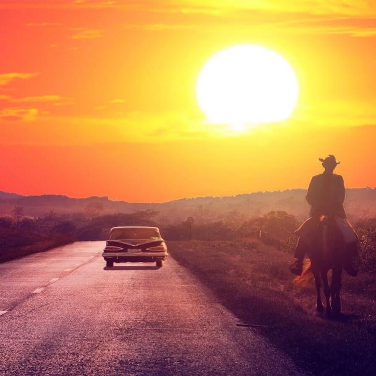 Oldtimer en paard onderweg in Trinidad Cuba