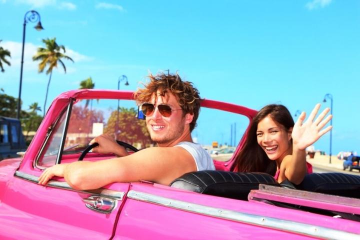 Pareja en auto clasico por La Habana CubaNeo Travel