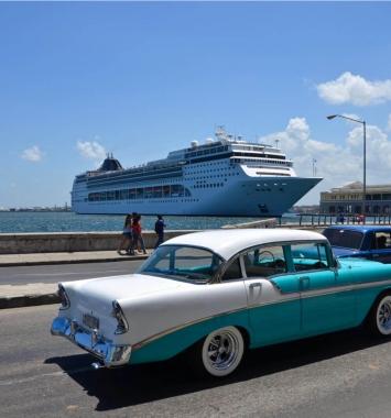 Oldtimer met cruise in baai Havana, Cuba