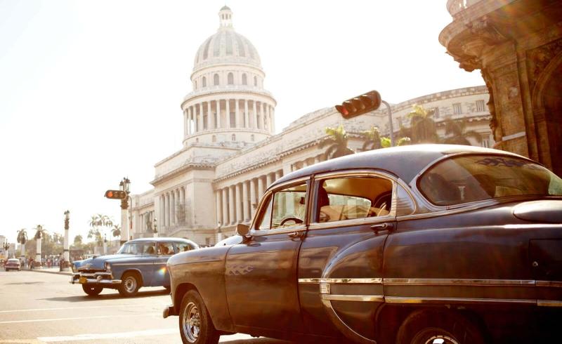 Capitolio met twee oldtimers in Havana Cuba