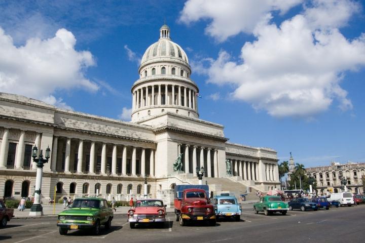 Autos frente al Capitolio de La Habana. Viajar a Cuba Agencia CubaNeo Travel