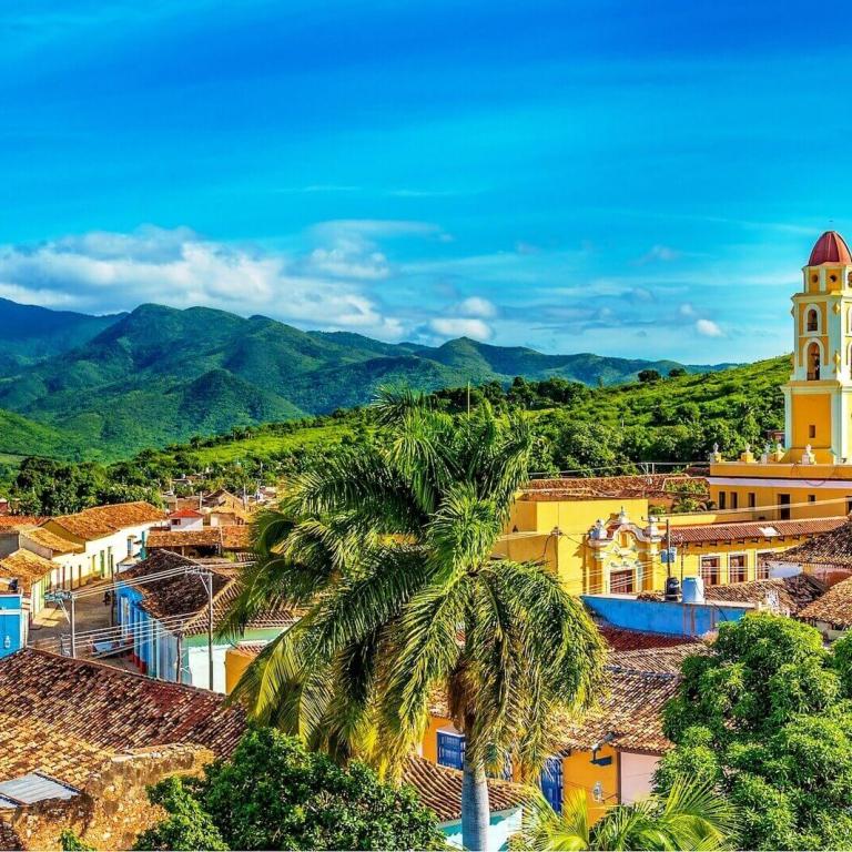 Uitzicht Trinidad met Sierra Ecambray op de achtergrond