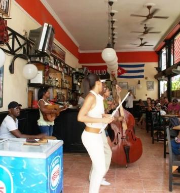 Un bar cafetería en la calle Obispo en La Habana Vieja.