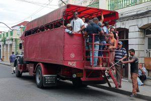 Camiones antiguos privados usados en Cuba para el traslado de personas
