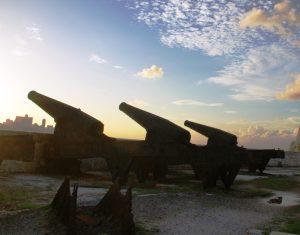 Cañones de una Fortaleza militar de los tiempos de la colonia en La Habana