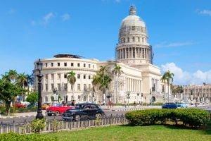 Capitolio de La Habana autos antiguos Traslados en Cuba para cubanos