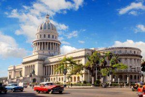 Oltimers pasando frente al Capitolio de La Habana, Cuba