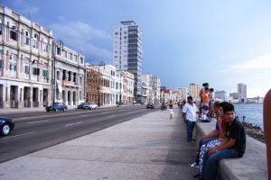 Cubanos sentandos en el Malecón de La Habana. Cosas que ver y hacer en La Habana