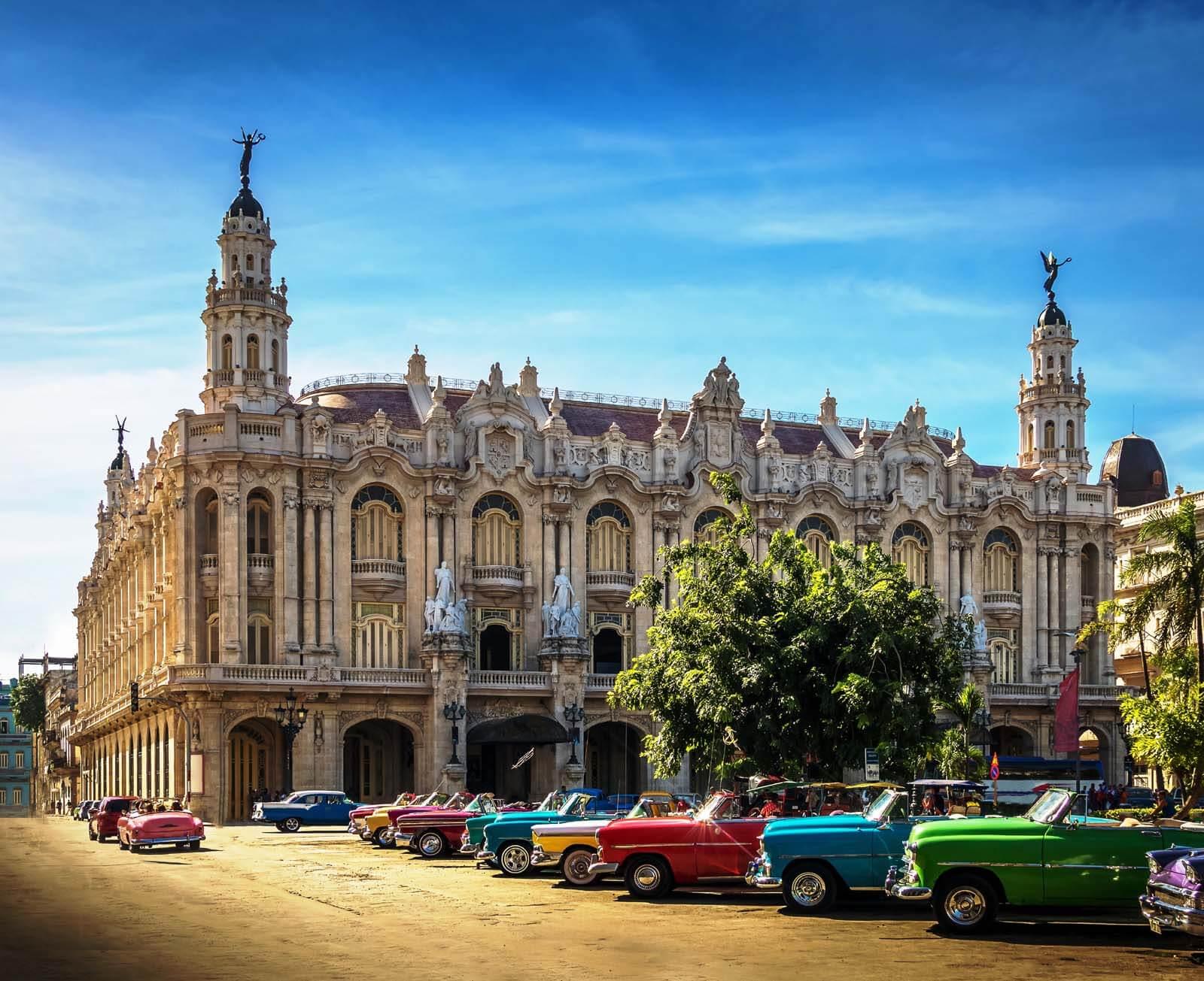 Klassieke Amerikaanse auto's geparkeerd bij nationale theater in Havana Cuba