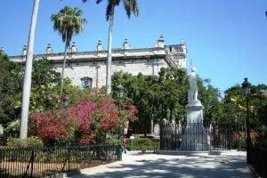 La Plaza de armas en La Habana Vieja. Cosas que hacer y ver en La Habana. CubaNeo Travel