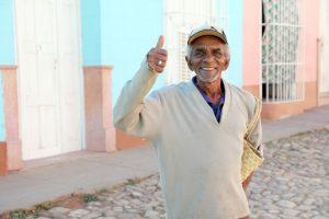 Lugareño en la ciudad de Trinidad vestido con ropa de invierno en Cuba