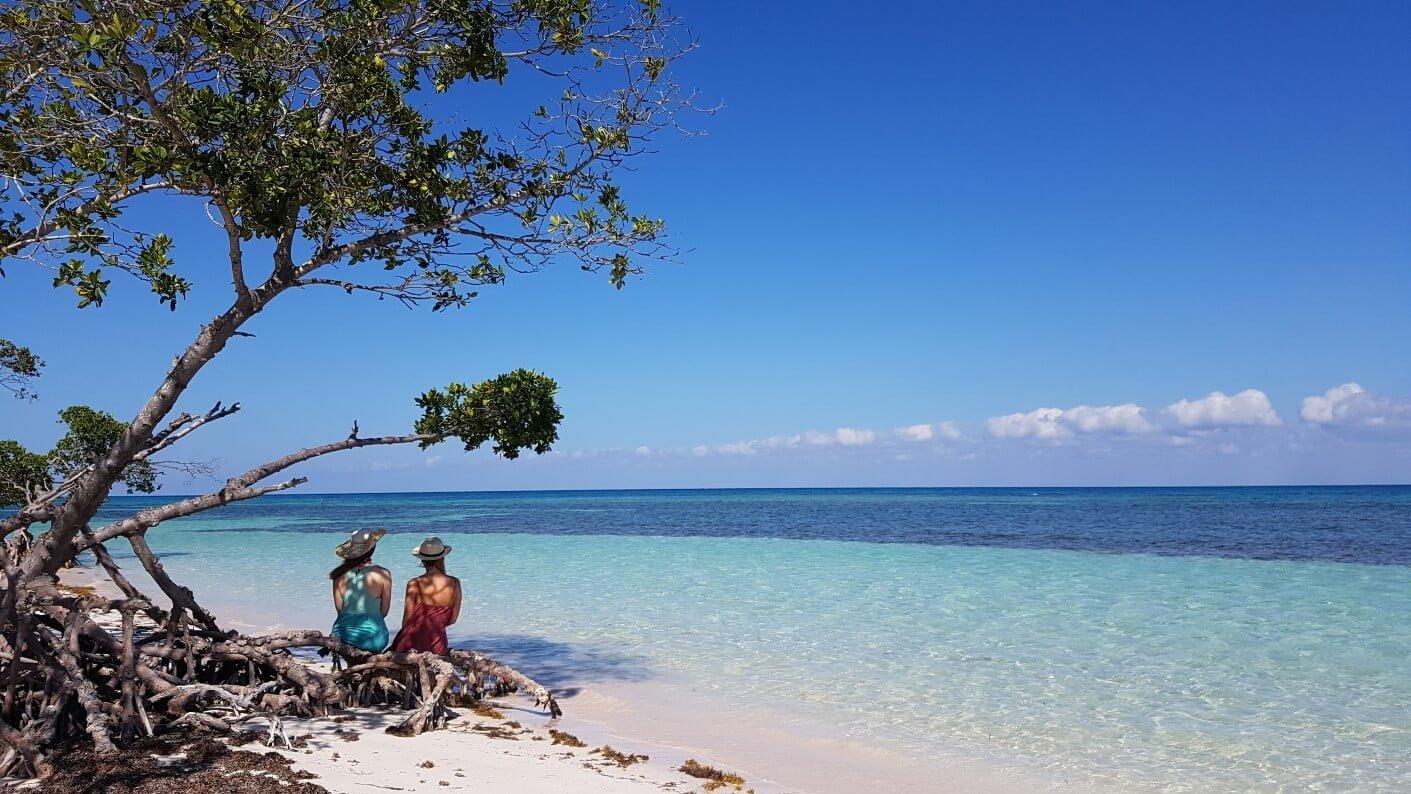 Mujeres mirando al mar en la playa de Cayo Jutias