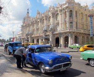 Oldtimer en las calles de la Habana servicio de taxis para cubanos traslados en Cuba