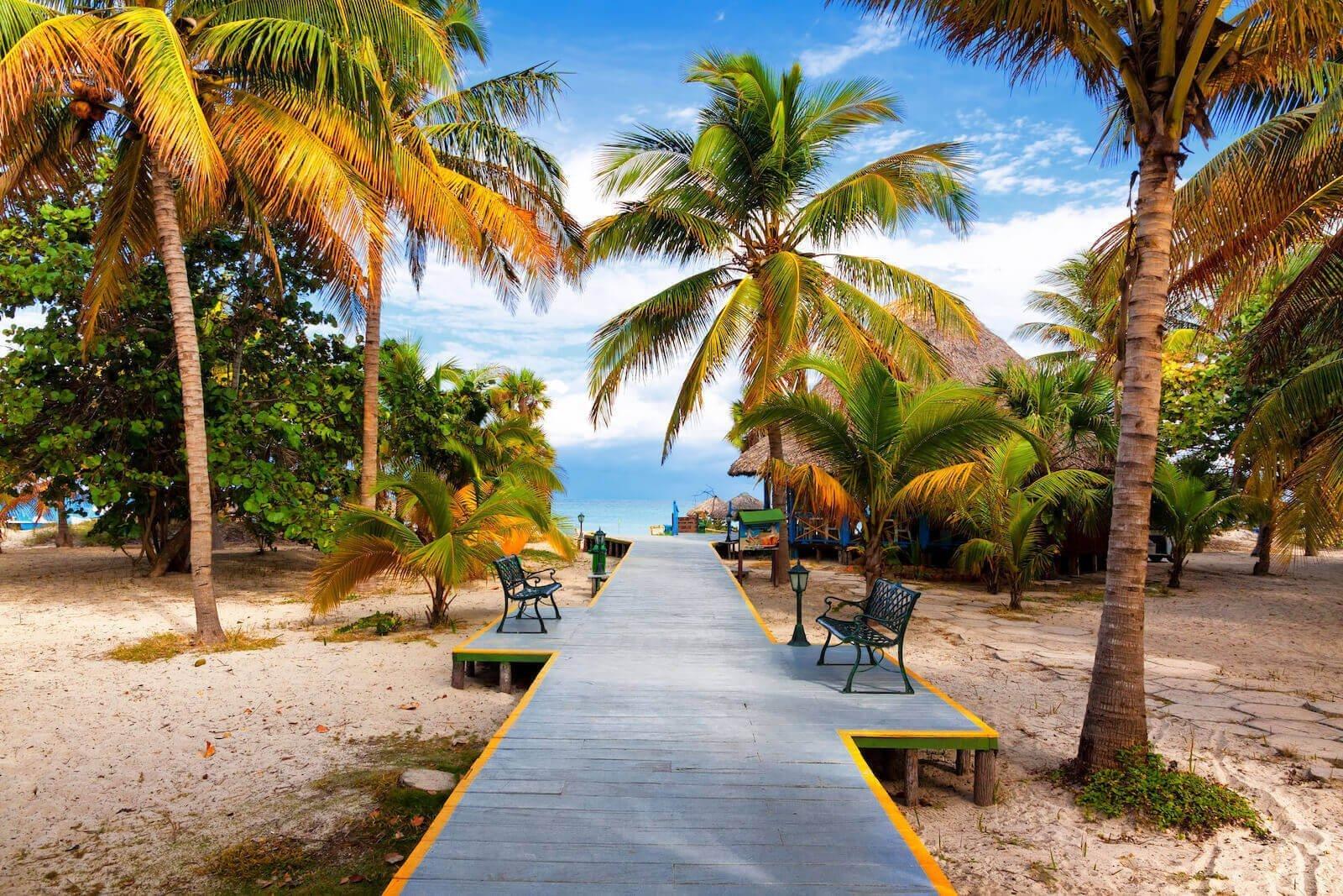 Pad dat loopt naar tropisch strand in Varadero Cuba