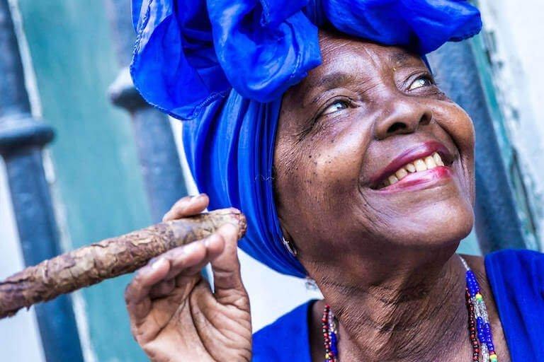 Cubaanse vrouw met sigaar