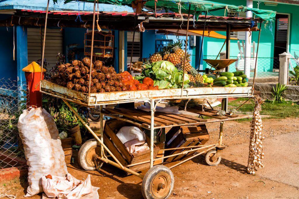 Verduras y frutas en la calle CubaNeo Travel Agencia de viajes a Cuba
