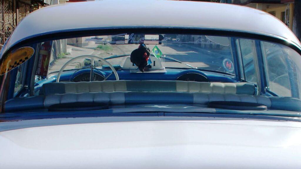 uno de los autos de viajes en grupo organizados en CubaNeo Travel